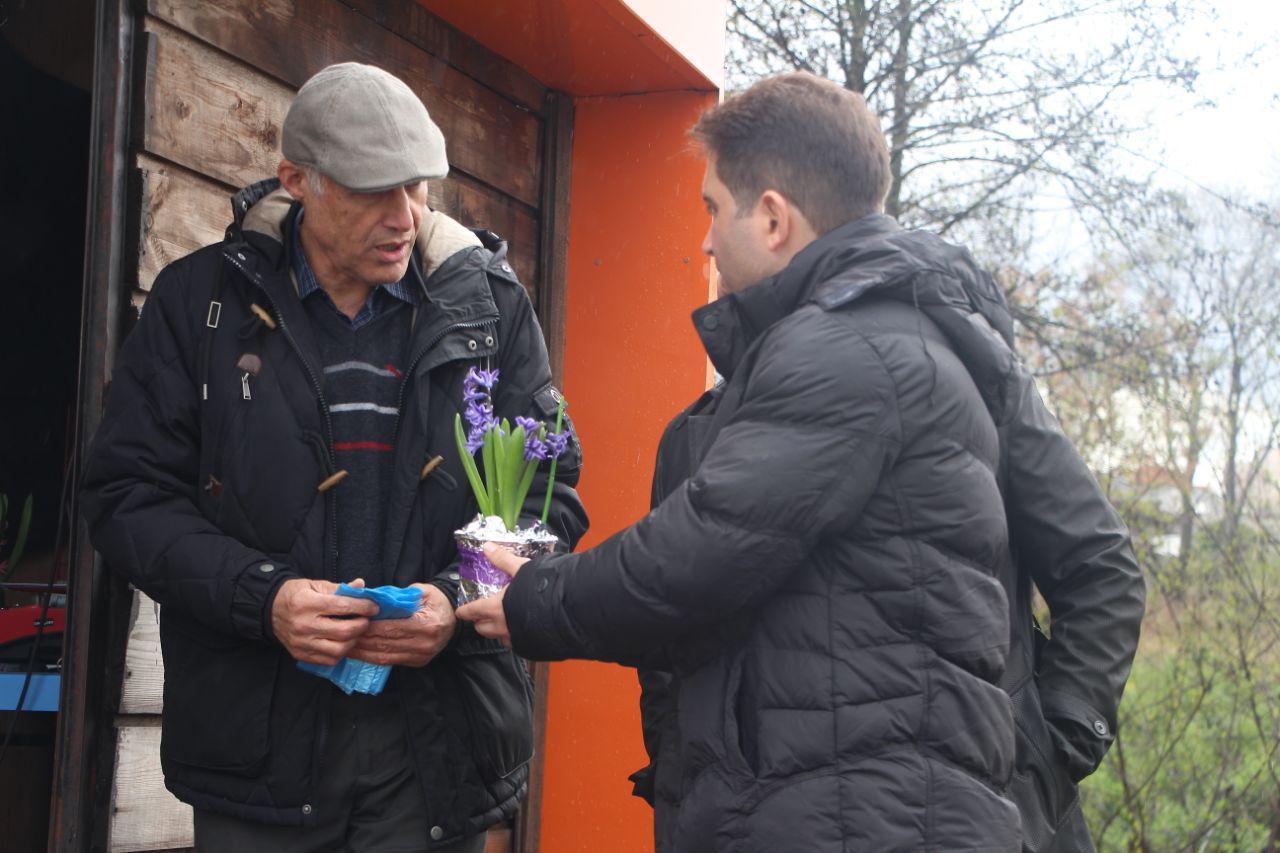 اهدای گل به شهروندان در ازای تحویل زباله خشک