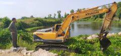 جمع آوری سنبل آبی در محدوده رودخانه های لنگرود